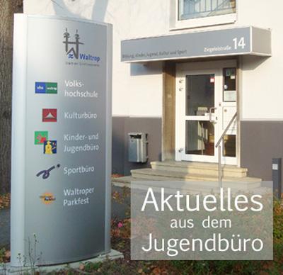 Auf dem Bild: Eingang ins Haus der VHS (Ziegeleistraße 14); Schriftzug: Neues aus dem Jugendbüro