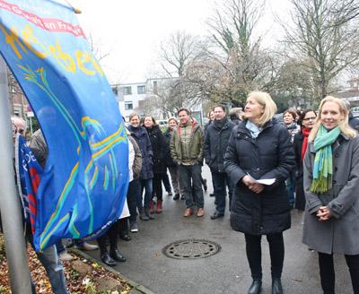 Foto: Fahnenaktion mit Bürgermeisterin Nicole Moenikes, (c) Tamina Forytta / Medienhaus Bauer