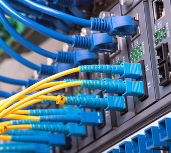 "Bild: ""Technology center with fiber optic equipment""; (c) xiaoliangge, fotolia.com"