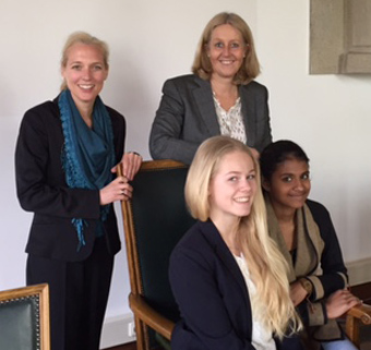 Auf dem Bild (v.l.n.r.): Gleichstellungsbeauftragte Sandra Hilse, Lina Christiansen, Bürgermeisterin Nicole Moenikes und Josephine Tharumalingam (Foto: Stadt Waltrop)