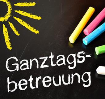 """Auf dem Bild: Schultafel mit Aufschrift """"Ganztagsbetreuung""""; Foto: © stockWERK, fotolia.com"""