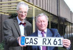 B?rgermeister Johannes Beisenherz (links) und Prof. Dr. Ralf Bochert mit einem CAS-Kennzeichen
