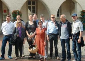 bild von stadtführerin mit gruppe foto stadtagentur