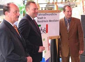 Präsentation der Aufnahme-Urkunde durch Harald Hilgers, Landesgeschäftsführer der AGFS, Bürgermeister Bodo Klimpe und Verkehrsminister Oliver Wittke