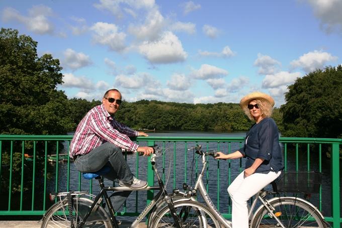 Pärchen auf dem Fahrrad am See - Foto Stadtagentur