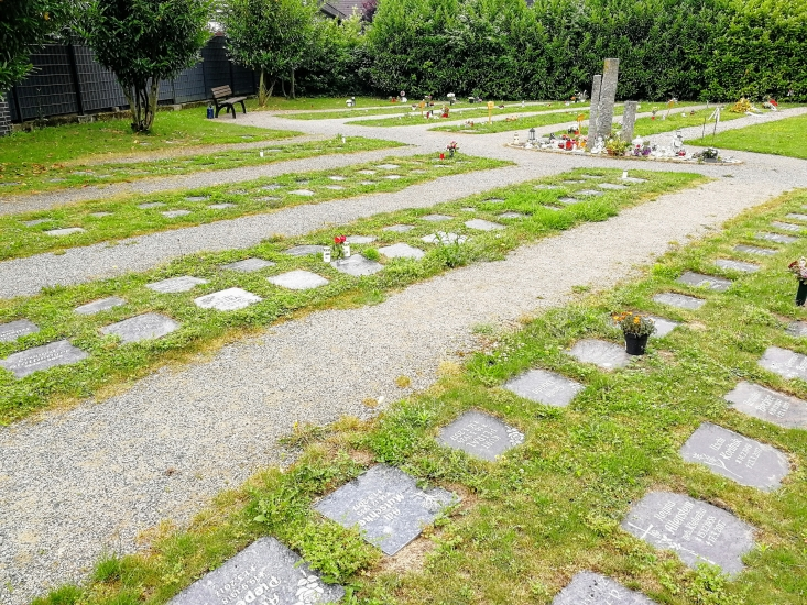 Beispiel für benannte Urnenreihengräber auf dem städtischen Friedhof Waltro