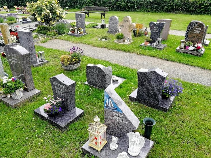 Beispiel für benannte Urnenwahlgräber auf dem städtischen Friedhof Waltro