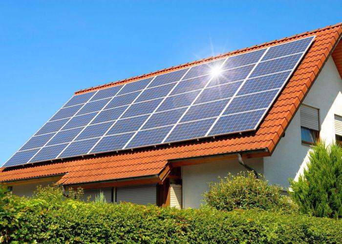 Solarzellen auf Hausdach, Foto: Verbraucherzentrale NRW