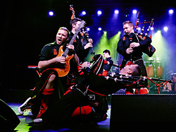 Das Bild zeigt die Red Hot Chilli Pipers.