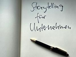 Das Bild zeigt einen Schreibblock, auf dem steht Storytelling für Unternehmen