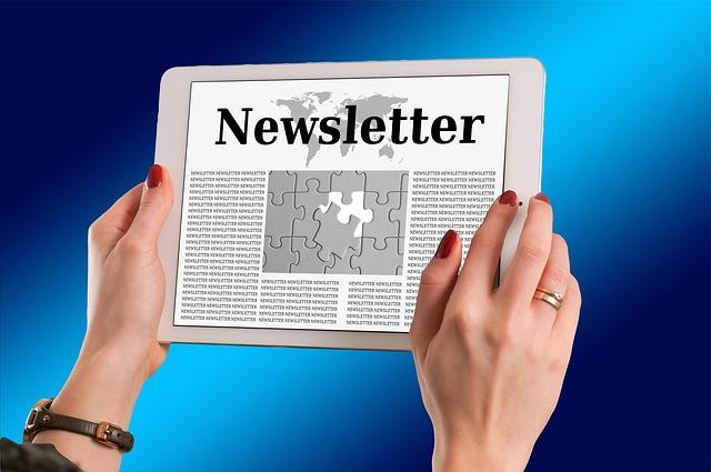 Das Bild zeigt ein Tablet, auf dem Newsletter steht.