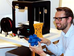 Das Bild zeigt Matthias Ruhe, der ein 3D-Modell vorführt.