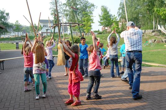 Das Bild zeigt spielende Kinder vor dem Karo