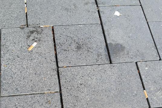 Das Bild zeigt das verschmutzte Pflaster