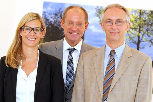 Das Bild zeigt Gregor Wirgs, Bürgermeister Ulrich Roland und die Beigeordnete Nina Frense