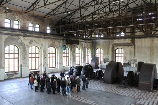 Das Bild zeigt eine Führung in der Maschinenhalle
