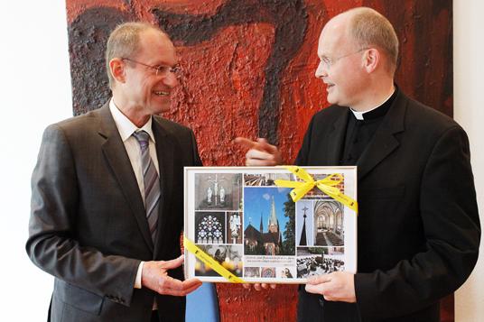 Das Bild zeigt Bürgermeister Roland zusammen mit Bischof Overbeck