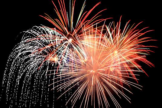 Das Bild zeigt ein Feuerwerk Quelle: Rike  / pixelio.de