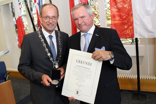 Das Bild zeigt Bürgermeister Ulrich Roland und Gerhard Frauenberger