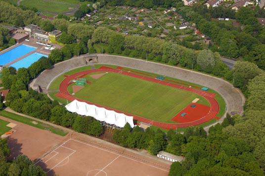 Das Bild zeigt das Stadion und das Freibad