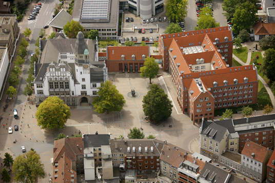 Das Bild zeigt das Rathaus aus der Luft