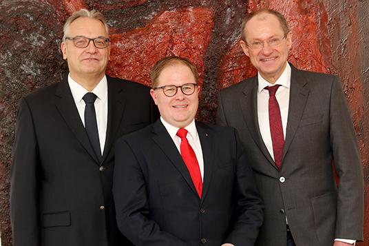 Das Bild zeigt Ludger Kreyerhoff, Marcus Steiner und Bürgermeister Ulrich Roland
