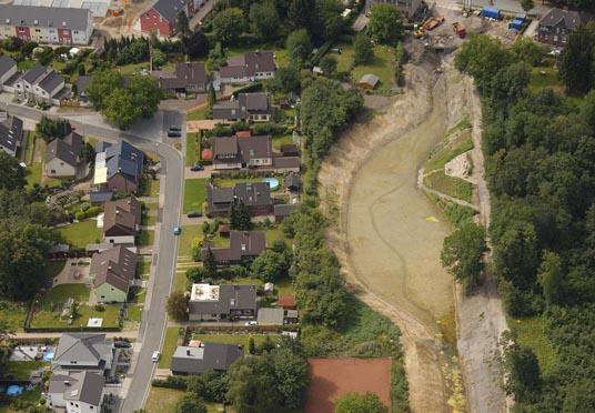 Das Bild zeigt den Umbau des Hahnenbaches