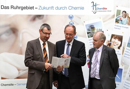 Das Bild zeigt Dr. Jörg Marth, Leiter der ChemSite-Initiative, Bürgermeister Ulrich Roland, Jörg Köppen, Wirtschaftsförderung der Stadt