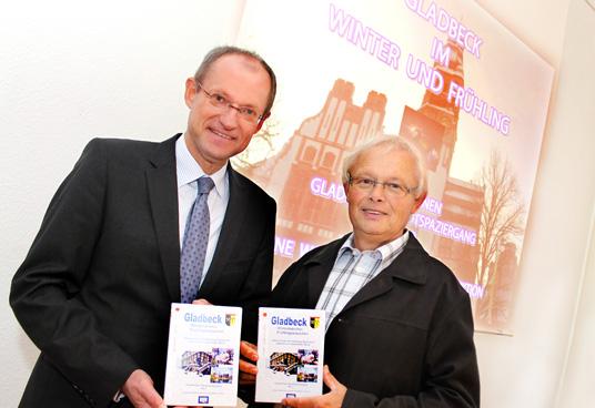 Das Bild zeigt Werner Rossmann und Bürgermeister Ulrich Roland