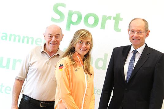 Das Bild zeigt Siegbert Busch, Jessica Steiger und Bürgermeister Ulrich Roland