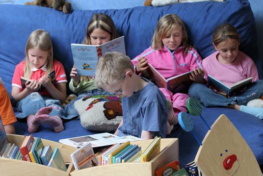 Das Bild zeigt lesende Schüler