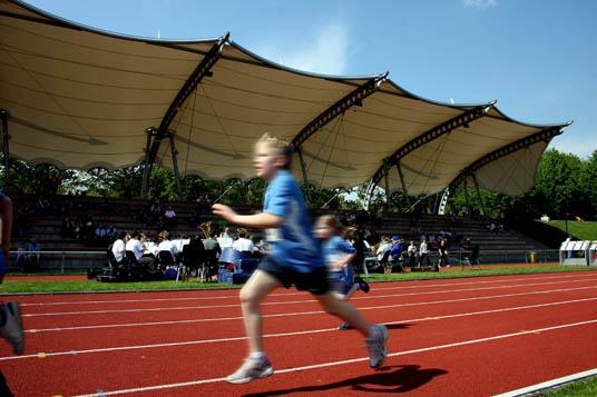 Das Bild zeigt einen Sportler im Stadion