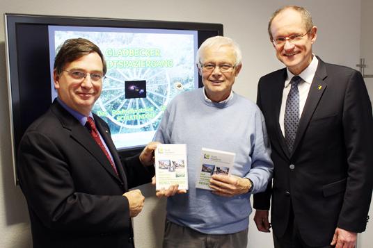 Das Bild zeigt Dr. Gerhard Hartfeld, Wolfgang Rossmann und Bürgermeister Ulrich Roland