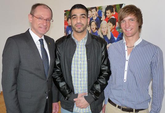 Das Bild zeigt Fard mit Bürgermeister Ulrich Roland und Organisator Till Roland