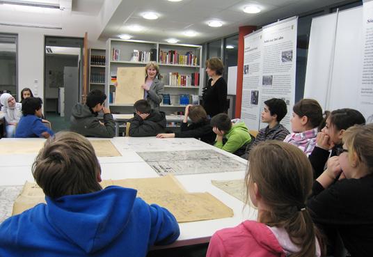 Das Bild zeigt den Besuch der Schüler