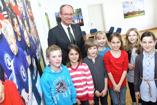 Das Bild zeigt Bürgermeister Roland und die Schüler
