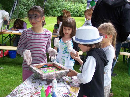 Das Bild zeit Kinder beim Stadtteilfest