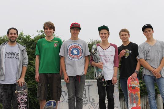 Das Bild zeigt eine Gruppe von Skatern