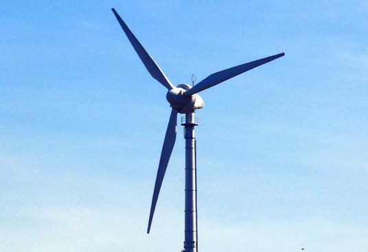 Das Bild zeigt ein Windrad