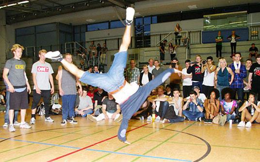 Das Bild zeigt Tänzer bei der Veranstaltung