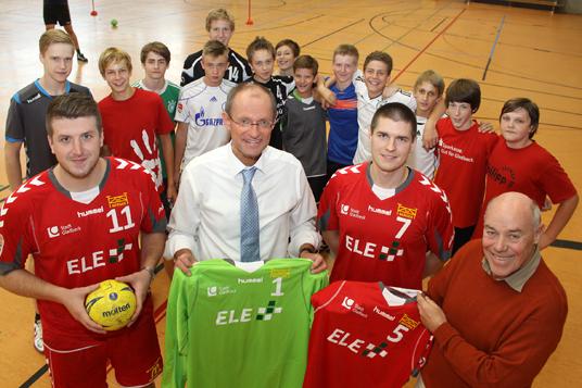 Das Bild zeigt Bürgermeister Roland und die Handballer des VfL