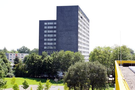 Das Bild zeigt das Hochhaus an der Schwechater Straße 38