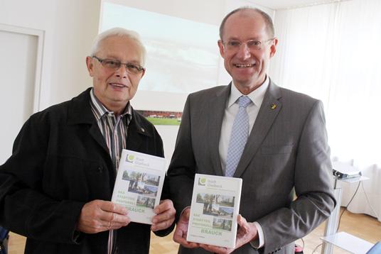 Das Bild zeigt Wolfgang Roßmann und Bürgermeister Ulrich Roland