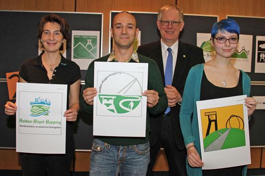 Das Foto zeigt: Katja Moseler (2.Platz), Victor Reichenberg (1.Platz), Landrat Cay Süberkrüb und Denise Hockling (3.Platz) (v.l.)