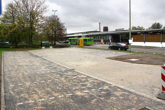 Das Bild zeigt die Parkplätze am Bahnhof West