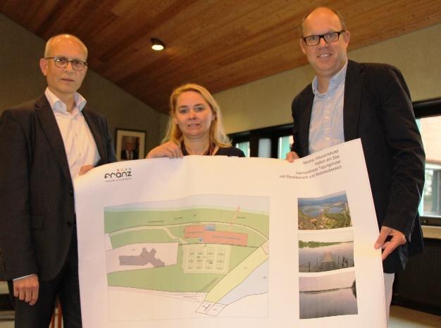 Vorstandsvorsitzender Hubert Vornholt, Hoteldirektorin Karin Poppinga und Projektentwickler Michael Kirchner, v.li., stellten das Hotelprojekt am Seestern vor.