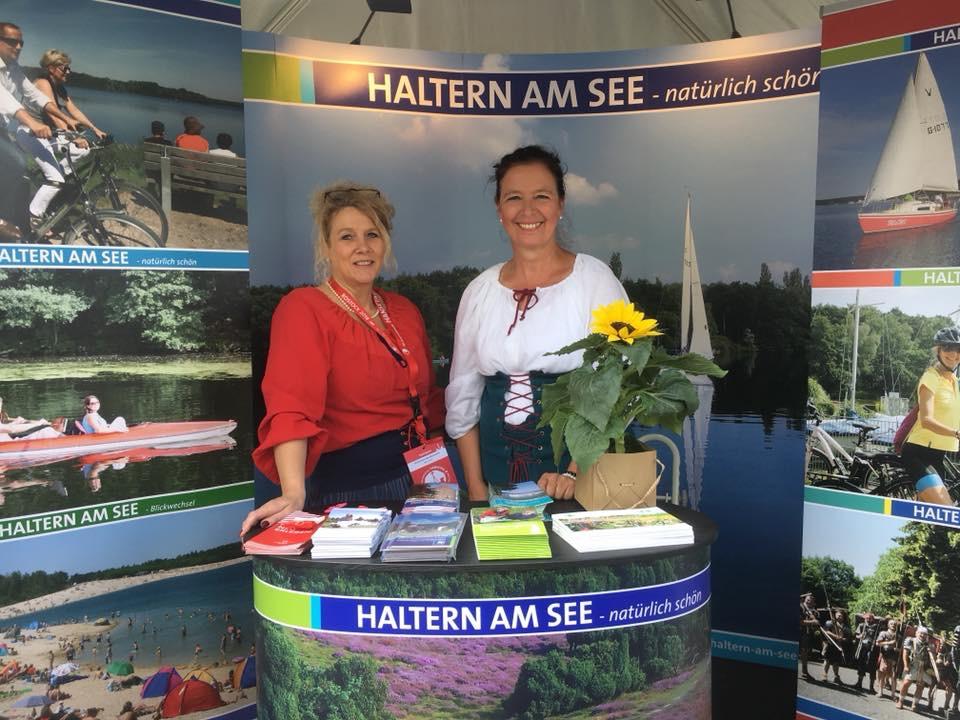 Christiane Quinkenstein, li., und Andrea Böing von der Stadtagentur präsentierten die Stadt Haltern am See in Rostock.