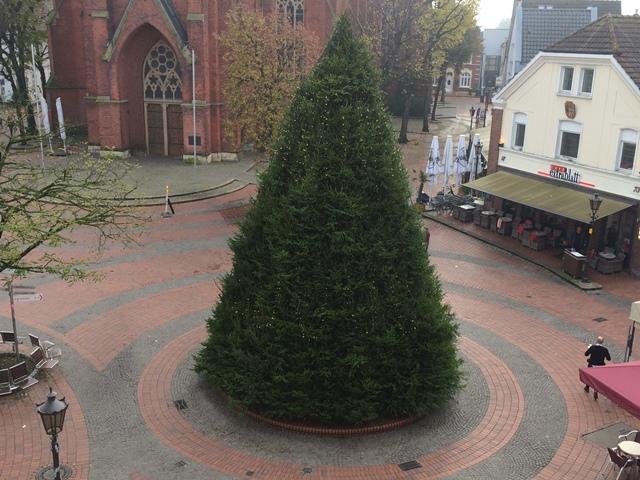 Der Wochenmarkt zieht ab dem 26. November zum Kärntner Platz um. Inzwischen ist der große Weihnachtsbaum aufgebaut.