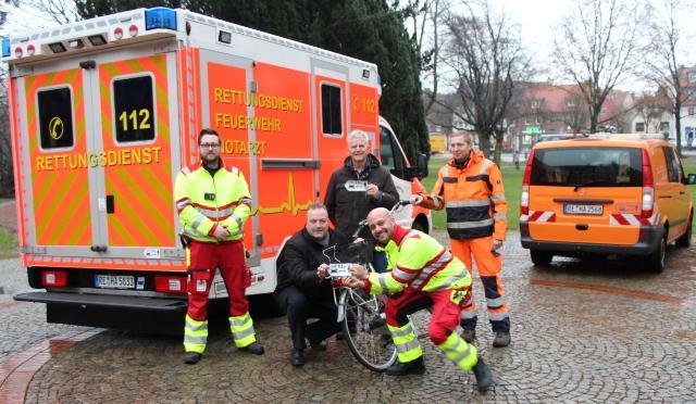 """Bürgermeister Bodo Klimpel, 2.v.li., und Otto K. Rohde, 3.v.li., stellten die Kampagne """"Anderthalb Meter Abstand"""" vor. Die Aufkleber auf den städtischen Fahrzeugen sollen darauf aufmerksam machen."""