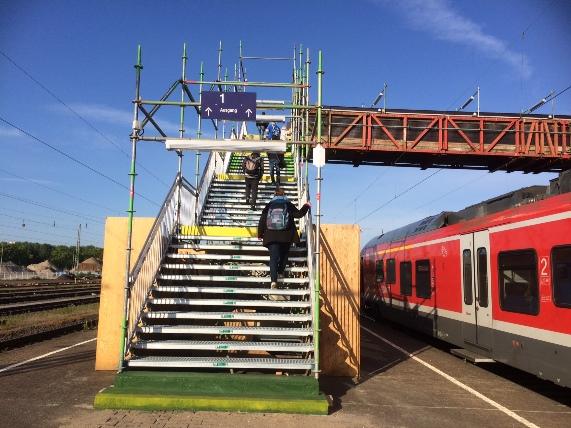 Die Behelfsbrücke am Bahnhof muss noch bis etwa November genutzt werden.
